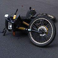 Motorradständer bohrte sich ins Knie der Lenkerin