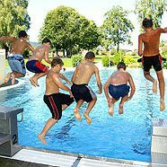 Badeshorts saugen bis zu 2,5 Liter Wasser aus den Pools