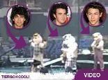 Jonas Brothers in lustiger Kostüm-Laune: Schon mal Schweine singen gehört?