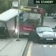 Bus räumt Porsche aus dem Weg