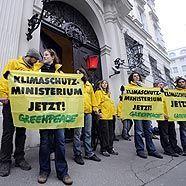 """Aktivisten der Umweltschutzorganisation """"Greenpeace"""" besetzten das Bundeskanzleramt"""