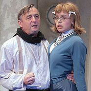 """Andreas Vitasek als """"Arthur'"""" und Franziska Hetzel als """"Emma Busch"""""""