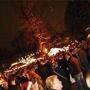 Auch heuer lockt das Weihnachtsdorf im Alten AKH mit seinem fetslichen Ambiente.