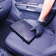 """Der """"Automarder"""" bewvorzugte achtlos im Wageninneren liegen gelassene Wertgegenstände (Symbolfoto)."""