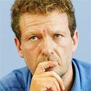Der Ute-Bock-Preis wird Elias Bierdel verliehen.