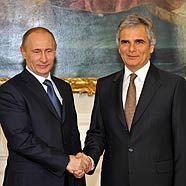 Bundeskanzler Werner Faymann (r.) begrüßt den russischen Ministerpräsidenten Wladimir Putin im Bundeskanzleramt