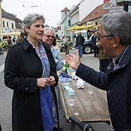 Bundespräsidentschaftskandidatin Barbara Rosenkranz auf dem Wochenmarkt in Stockerau