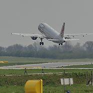 Maschinen starten und landen wieder in Wien