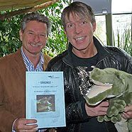 Dominic Heinzl als Patenonkel für zahmes Krokodil