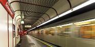 Geisteskranker stößt Fahrgast auf Gleise