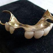 Fast 18.000 Euro gab ein Fan für die künstlichen Zähne aus