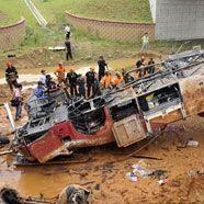 Bus stürzt von Brücke: Zwölf Tote