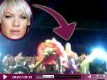 Video – Pinks Horror-Sturz: HIER stürzt sie gefährlich von der Bühne! Danach muss sie in die Klinik!