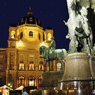 Weihnachtsdorf Maria-Theresien-Platz im Lichterglanz