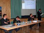 Das Podium v.l.n.r.: Bgm. Stefan Bischof, Bgm. Werner Konzett, GF Pascal Keiser, Vorsitzender Helfried Bischof