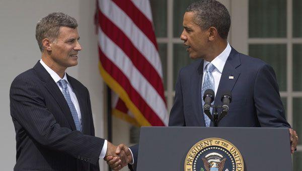 Obama schüttelt Alan Krueger, seinem neuen Wirtschaftsexperten, die Hand.