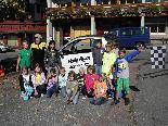 """Die 3. und 4. Schulstufe der VS Fontanella, mit ihrer Klassenlehrerin Adriana Domig, wurden von der Aktion """"Hallo Auto"""" besucht"""