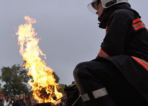 Profis im Einsatz! Ein simulierter Fettbrand vor dem Rathaus hat natürlich keine Chance.
