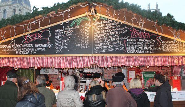 Der Weihanchtsmarkt am Maria-Theresien-Platz lässt keinen Punsch-Wunsch offen.