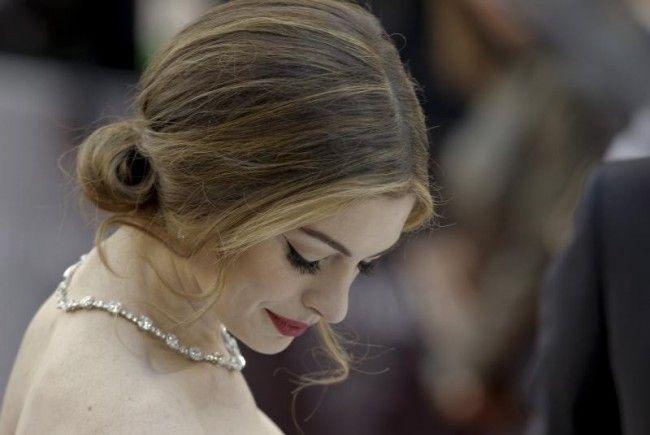 Da kann sie lachen: Anne Hathaway wandelt auf den Spuren von Heath Ledger.