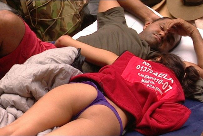 Micaela Schäfer und Ailton haben es sich auf der Luftmatratze im Dschungelcamp gemütlich gemacht.