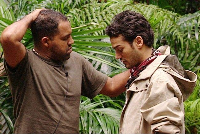 Daniel Lopes (re.) will das Dschungelcamp verlassen. Für Ailton wäre das besonders schlimm.