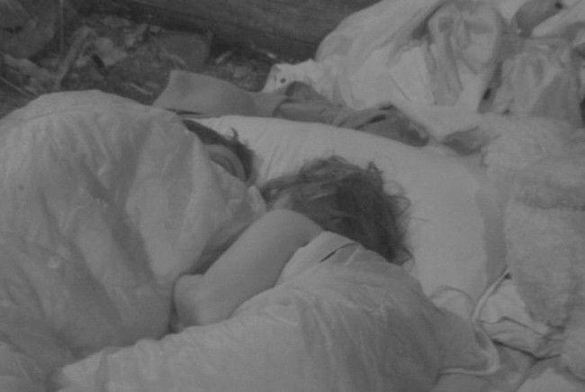 Dschungelcamp zu zweit: Kim Debkowski und Rocco Stark schlafen zusammen auf seiner Luftmatratze.