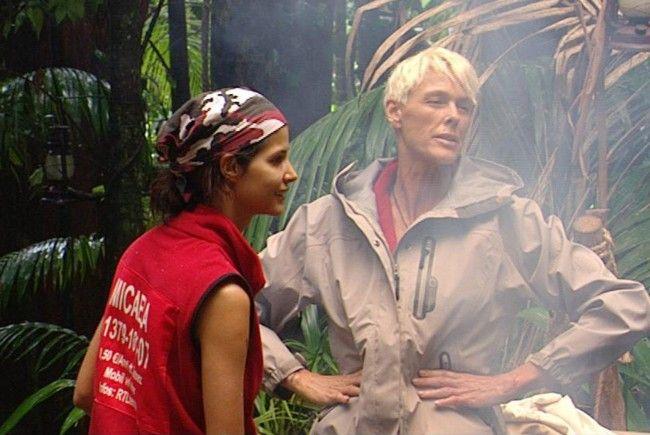 Brigitte Nielsen (re.) erzählt Micaela Schäfer im Dschungelcamp von Arnold Schwarzenegger.