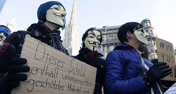 Die Aktivisten von Anonymous demonstrierten mit Schildern am Stephansplatz