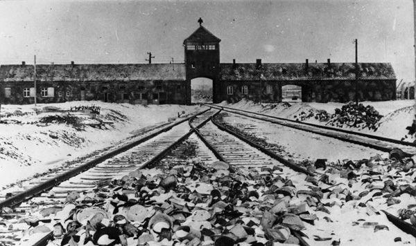 Das KZ Auschwitz und alle anderen waren direkte Folgen der Wannsee-Konferenz.