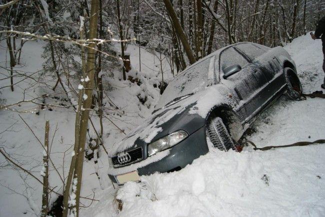 Auf der glatten Schneefahrpahn kam es in Aspang zu einem Verkehrsunfall.