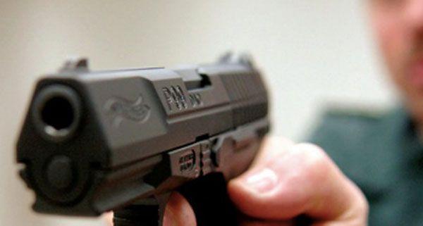 Mit einer Gaspistole schossen die Jugendliche auf das Fenster des Nachbarn