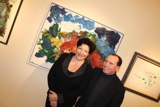"""Monika und Gerald Ziwna, dahinter die """"Sandgrube"""" von Franz Grabmayr."""