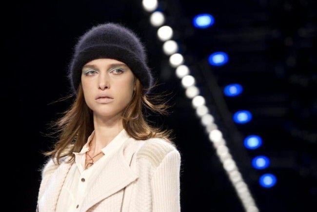 Eine Mütze kann ihr Haar schützen. Dieses Model wurde auf der Fashion Week Berlin von Lala Berlin gezeigt.