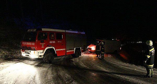 Die Feuerwehr musste zwei Lkws in Wiener Neustadt wegen Glatteis bergen