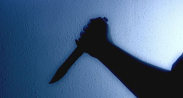 Einer der drei Männer fügte dem 18-Jährigen Messerschnitte zu