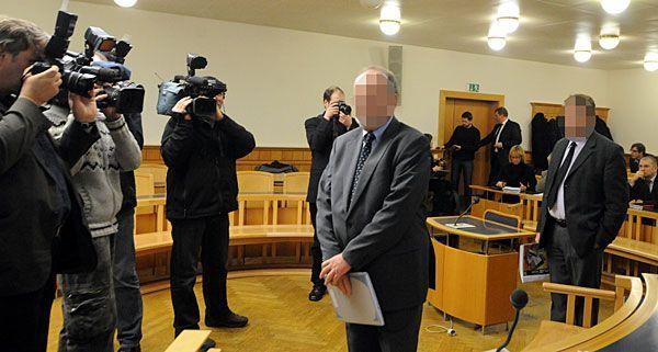Zwei der fünf Angeklagten vor Prozessbeginn am Mittwoch im Wiener Straflandesgericht.
