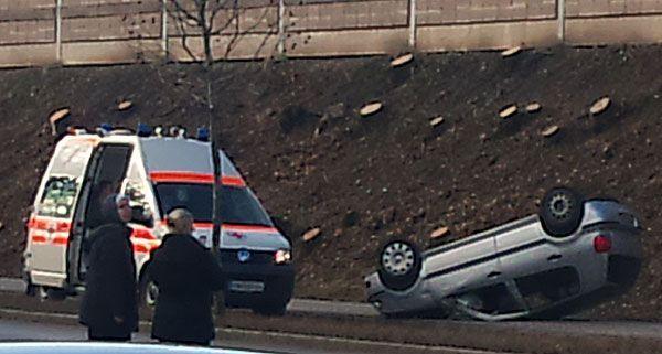 Einer der beiden Unfallwagen von Baden kam auf dem Dach zu liegen