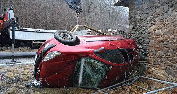 Das schwer beschädigte Fahrzeug wurde in Neunkirchen von der Feuerwehr geborgen