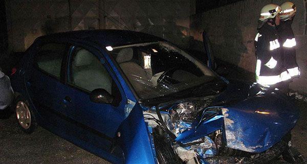 Der Unfall-Pkw wurde beim Crash gegen die Mauer in Niederrußbach schwer beschädigt