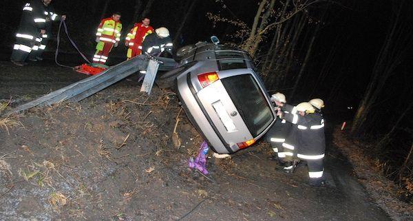Die Einsatzkräfte mussten den Unfallwagen von der Leitschiene bergen