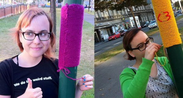 Urban Knitting-Fan Katja K. beim Yarn Bombing am Wiener Gürtel