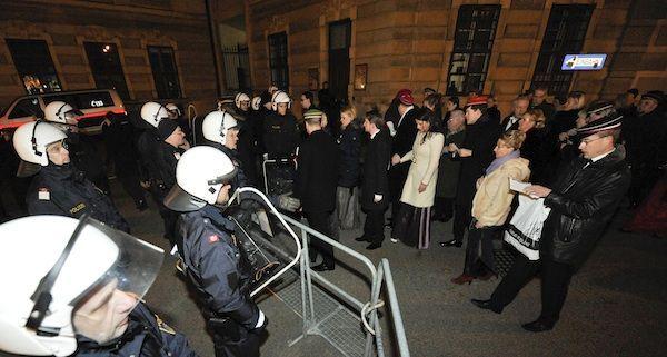 Die Polizei musste am Heldenplatz Demonstranten und Ballbesucher trennen