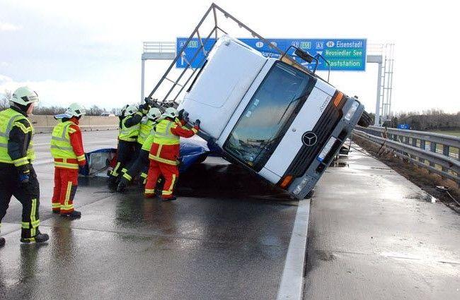 Auf der A2 stürte ein LKW um und sorgte für 10 Kilometer Stau.