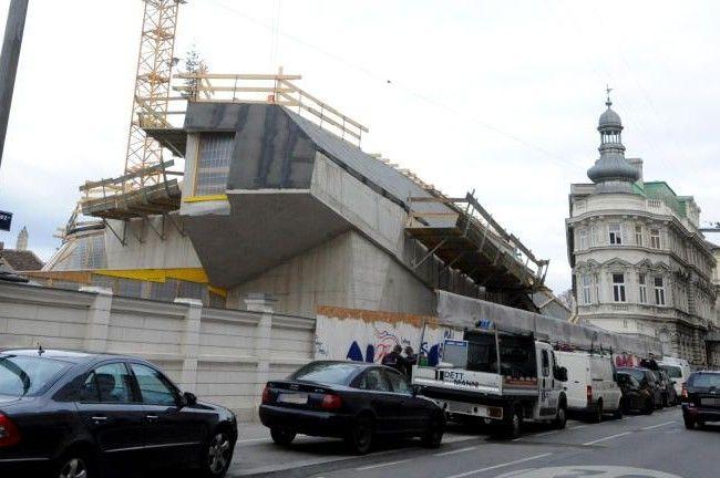 Das umstrittene Bauwerk wird 2013 fertig bespielbar sein