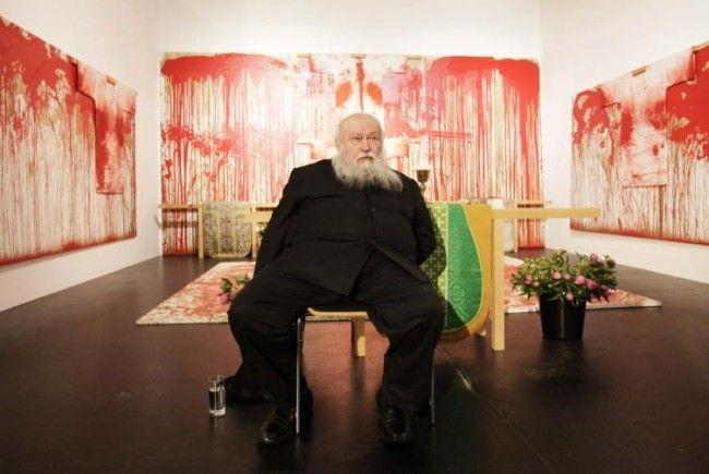 Provokationskünstler Nitsch gestaltete den offenen Bücherschrank.