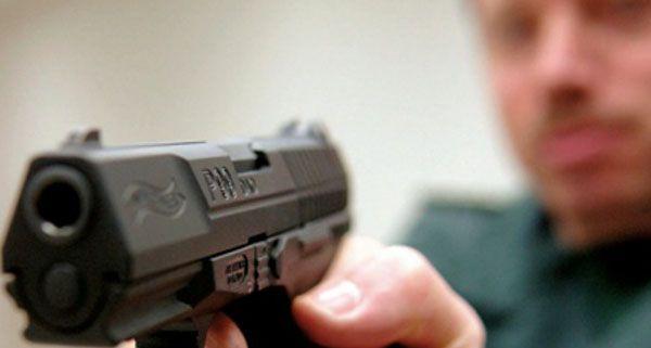 Ein 22-Jähriger feuerte nach einem Streit um einen Parkplatz mit einer Gaspistole auf einen Mann.
