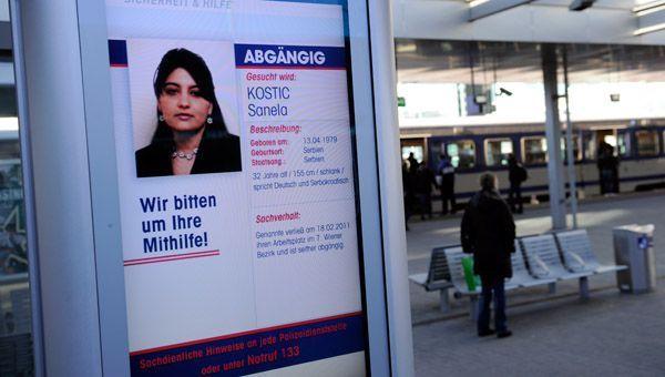 Auf riesigen Infoscreens zeigt die Wiener Polizei Fahndungsfotos in Bahnhöfen.