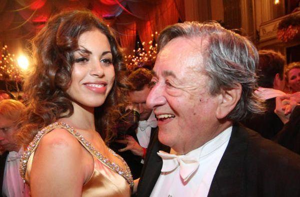 Mit wem wird Wiens berühmtester Baumeister wohl heuer am Opernball antanzen?