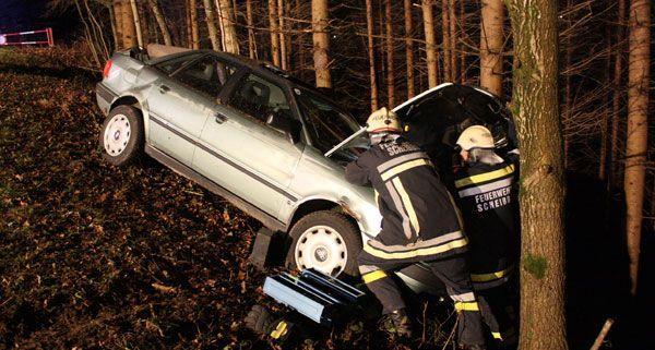 Der junge Mann war in dem völlig zerstörten Fahrzeug eingeklemmt.